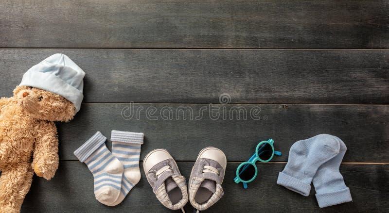 Sapatas e peúgas do bebê no fundo de madeira azul fotos de stock royalty free