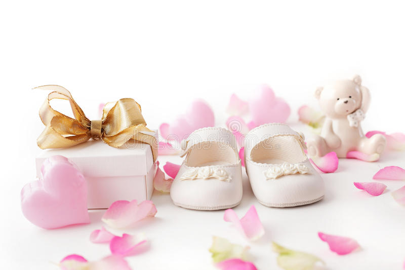 Sapatas e presente de bebê foto de stock royalty free