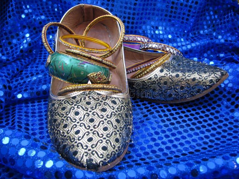 Sapatas e pulseira de India em Sequins azuis imagens de stock