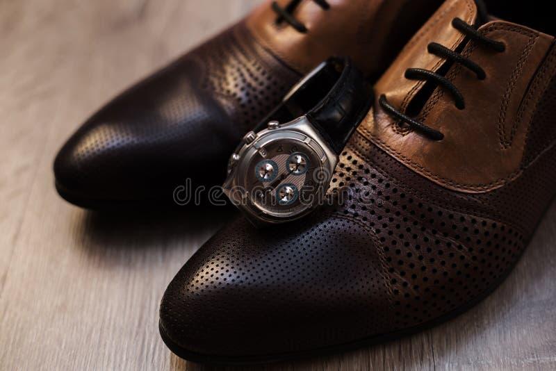 Sapatas e relógio masculinos imagens de stock