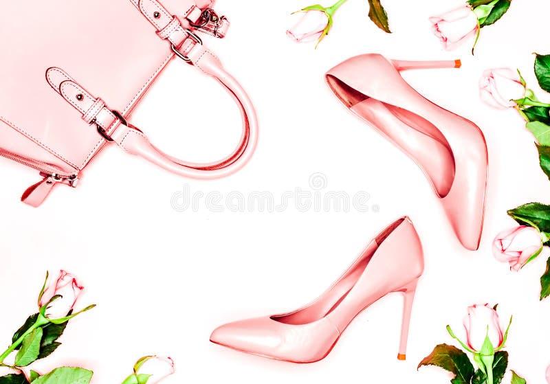 Sapatas e saco do salto alto das mulheres do rosa pastel no fundo cor-de-rosa Configuração lisa, fundo feminino da forma na moda  imagens de stock