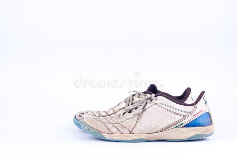 Sapatas futsal gastadas velhas dos esportes no fundo branco isolado foto de stock royalty free