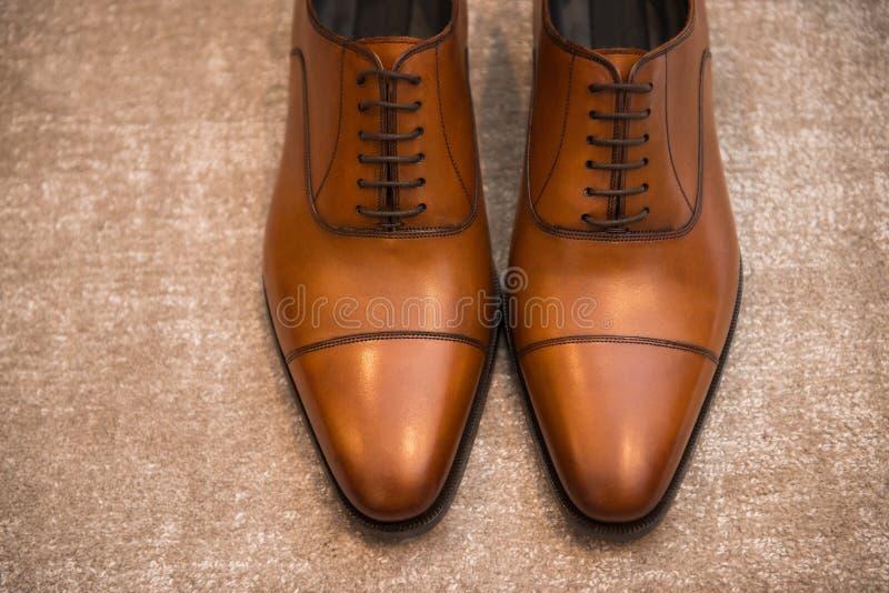 Sapatas masculinas clássicas de couro de Brown no assoalho imagem de stock royalty free