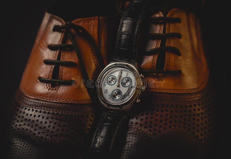 Sapatas masculinas com relógio fotos de stock royalty free