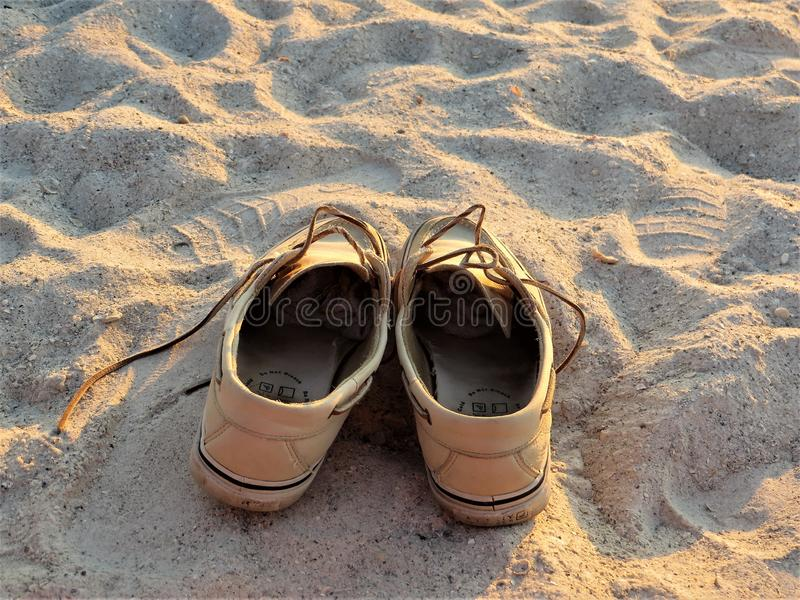 Sapatas na areia na praia de Florida imagem de stock