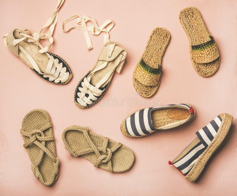 Sapatas na moda do verão sobre o fundo cor-de-rosa pastel, vista superior fotografia de stock