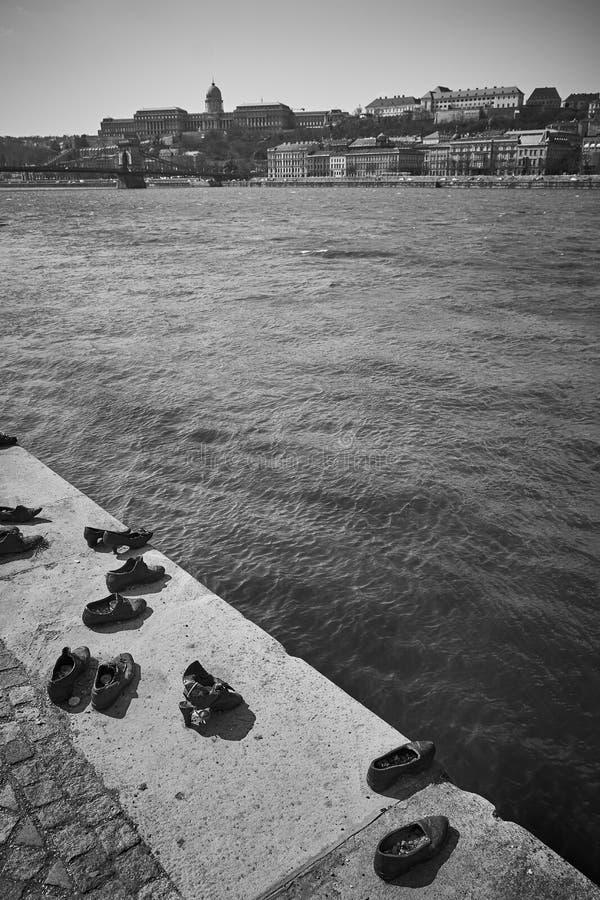 Sapatas no banco de Danúbio, Budapest, Hungria imagem de stock