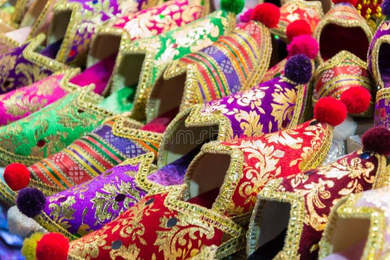 Sapatas no bazar grande em Istambul, Turquia imagens de stock royalty free