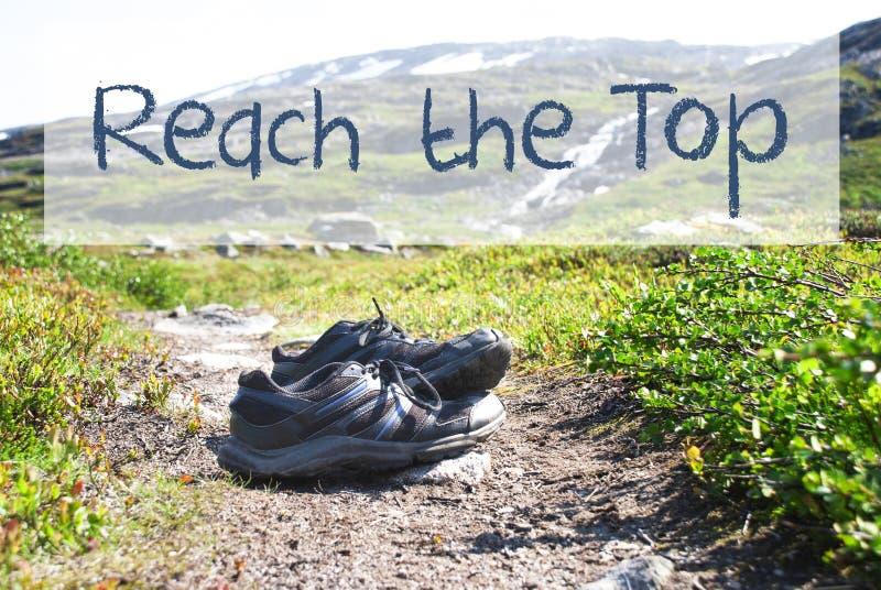 Sapatas no trajeto Trekking, alcance do texto a parte superior foto de stock royalty free