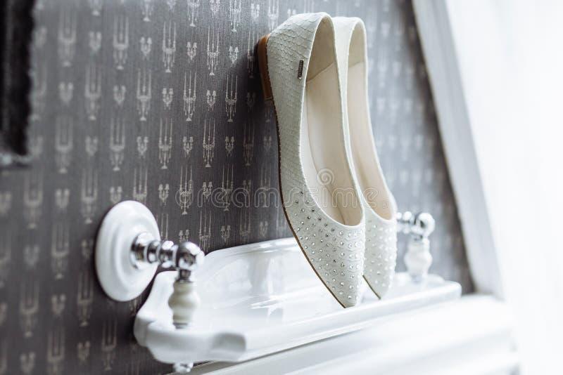 Sapatas nupciais brancas com pedras luxuosas fotos de stock