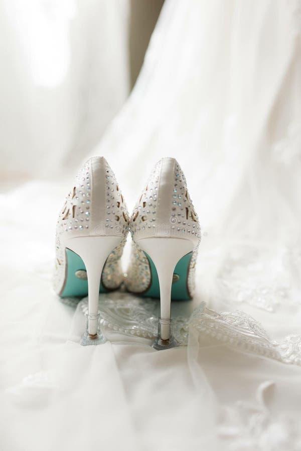 Sapatas nupciais do casamento fotos de stock royalty free