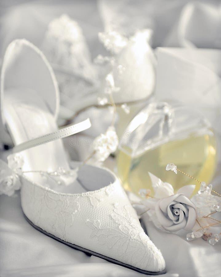 Sapatas nupciais do casamento branco foto de stock