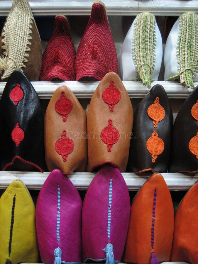 Sapatas para a venda em um Souk marroquino fotografia de stock royalty free