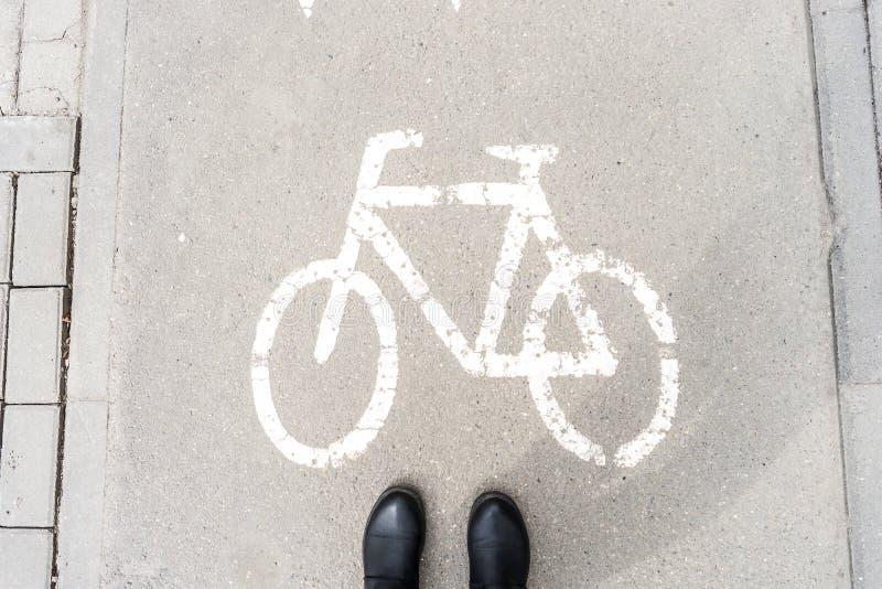 Sapatas pedestres na passagem para ciclistas Advert?ncia do perigo fotos de stock royalty free