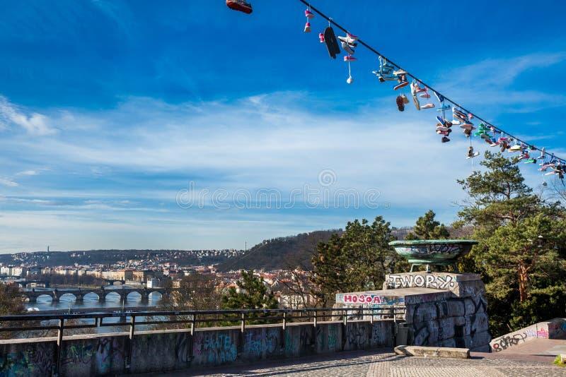 Sapatas penduradas nas linhas elétricas ao lado do metrônomo no ponto de opinião do monte de Letna fotografia de stock