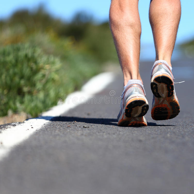 Sapatas Running na estrada fotografia de stock royalty free