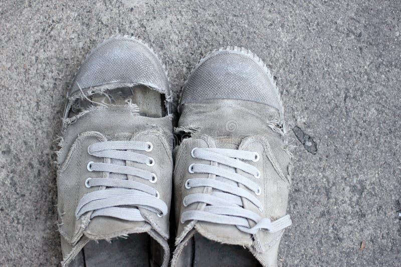 Sapatas velhas sujas, ainda estilo de vida foto de stock