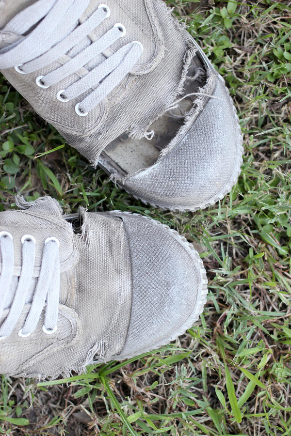 Sapatas velhas sujas no fundo da grama, ainda estilo de vida fotografia de stock