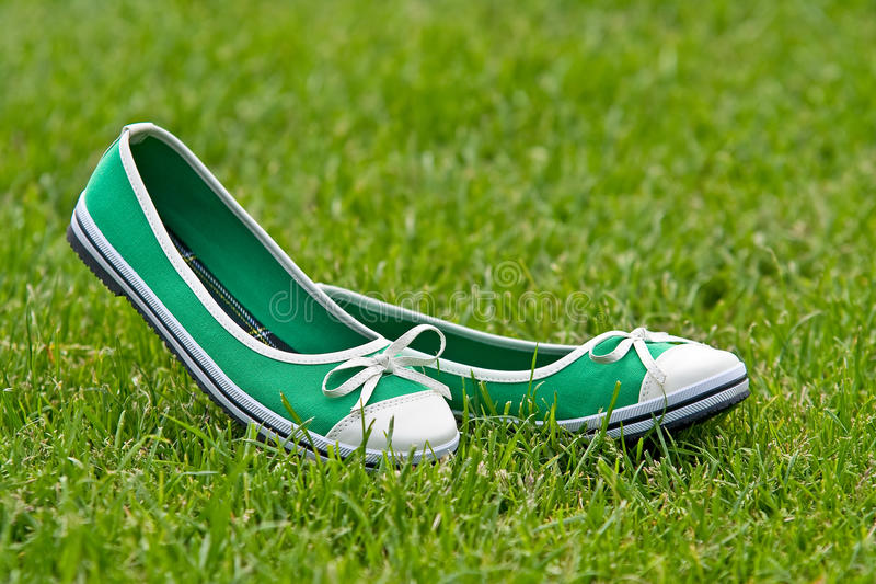 Sapatas verdes do verão fotografia de stock royalty free