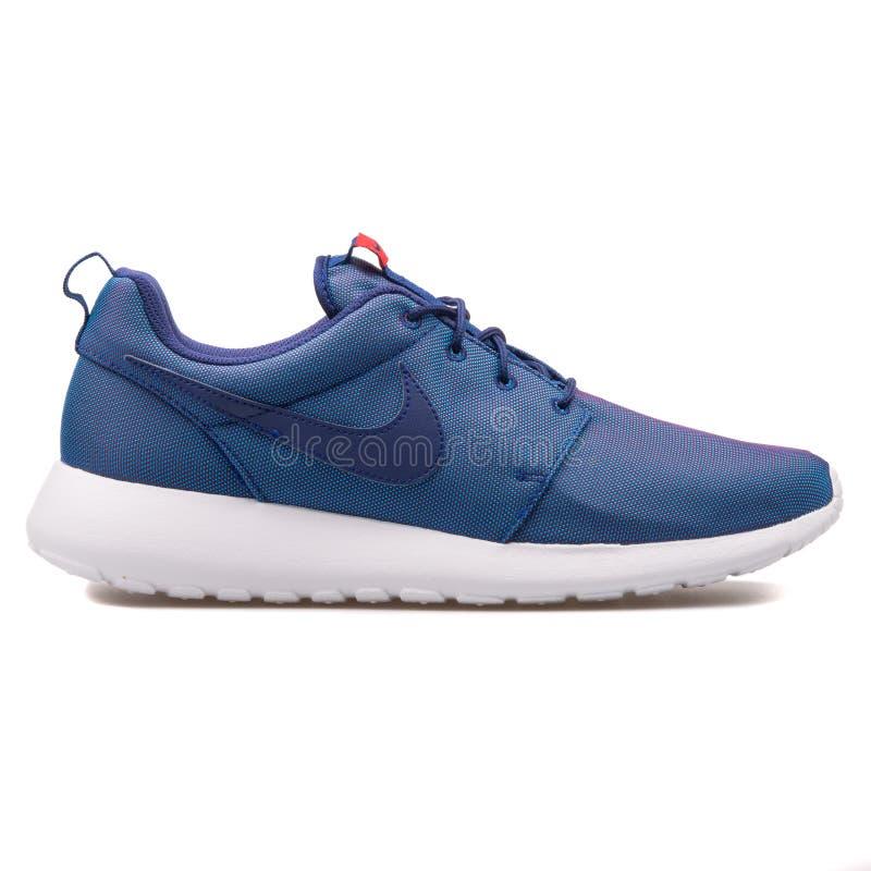 Sapatilha azul de Nike Roshe One Premium fotografia de stock
