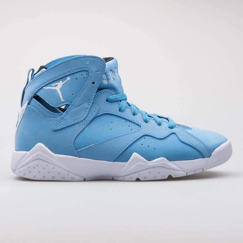 Sapatilha azul retro de Nike Air Jordan 7 imagem de stock