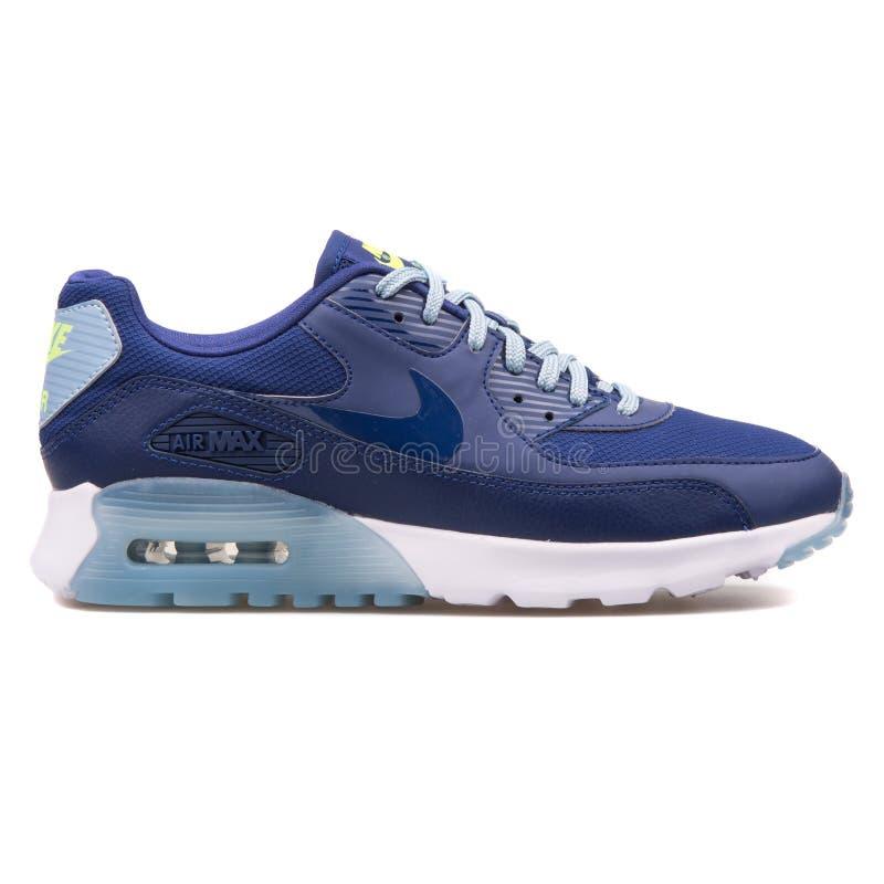 Sapatilha azul ultra essencial de Nike Air Max 90 fotografia de stock royalty free