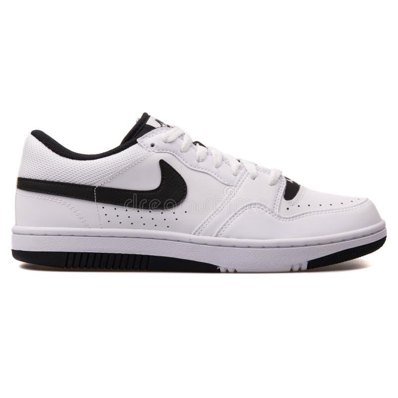 Sapatilha branca e preta de Nike Court Force Low imagens de stock royalty free