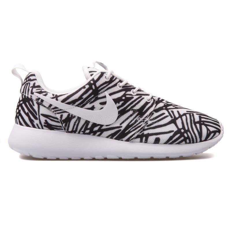 Sapatilha branca e preta de Nike Roshe One Print imagem de stock