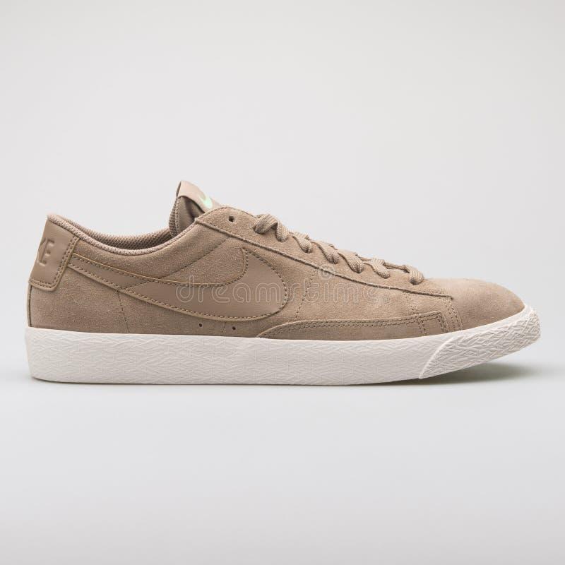 Sapatilha caqui de Nike Blazer Low fotografia de stock royalty free