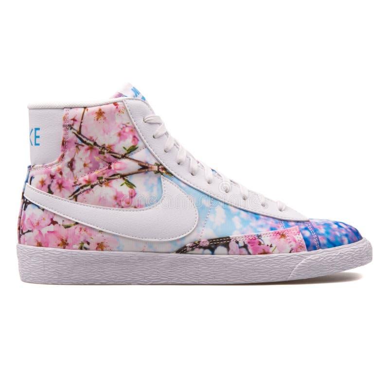 Sapatilha da flor de Nike Blazer Mid Print Cherry fotos de stock royalty free