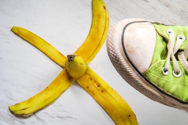 Sapatilha escorregadi?o da casca da banana imagens de stock