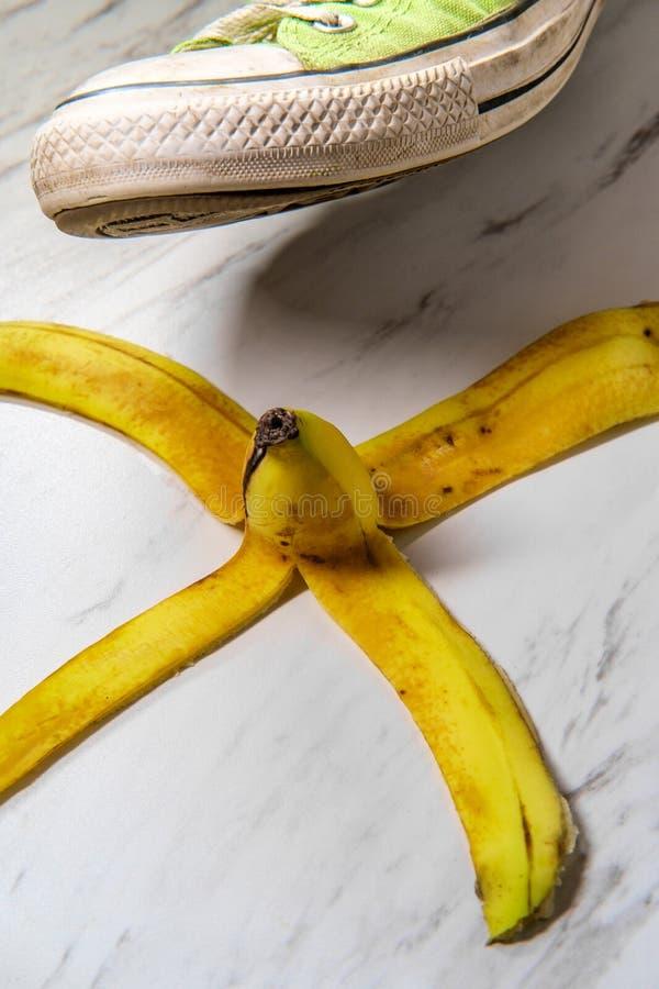 Sapatilha escorregadi?o da casca da banana imagem de stock