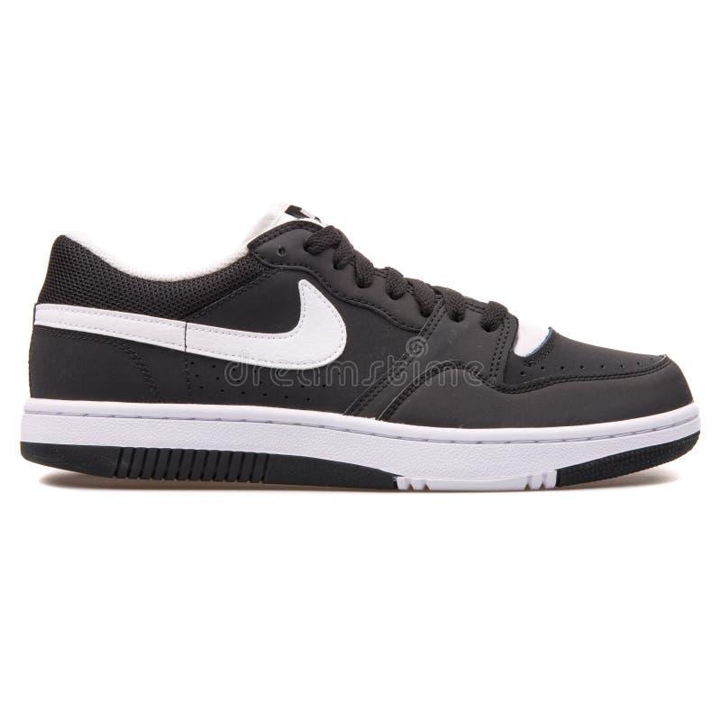 Sapatilha preto e branco de Nike Court Force Low imagens de stock royalty free
