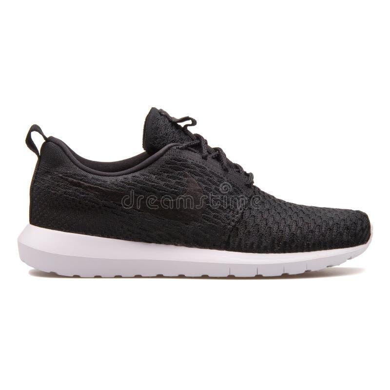 Sapatilha preto e branco de Nike Roshe nanômetro Flyknit foto de stock royalty free