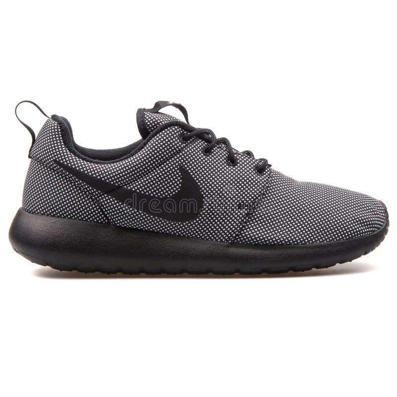 Sapatilha preto e branco de Nike Roshe One Premium foto de stock royalty free