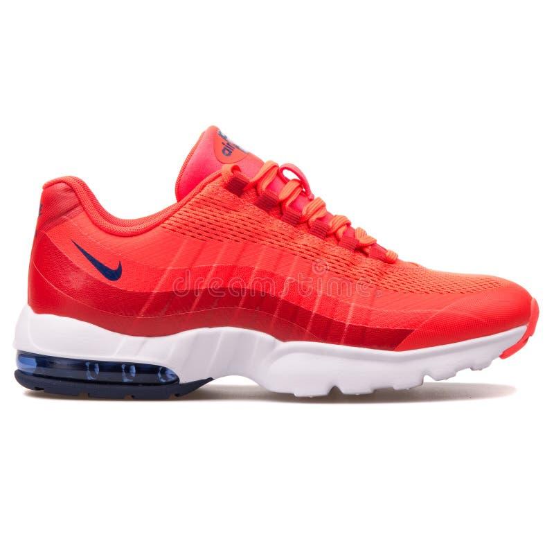 Sapatilha ultra carmesim de Nike Air Max 95 imagens de stock royalty free