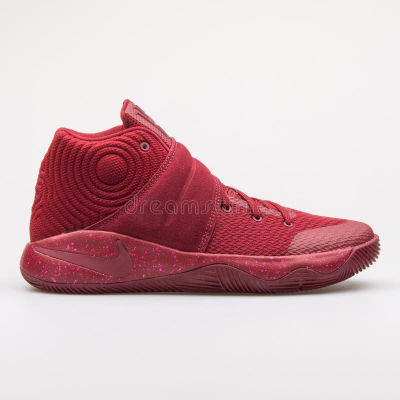 Sapatilha vermelha da equipe de Nike Kyrie 2 imagem de stock royalty free