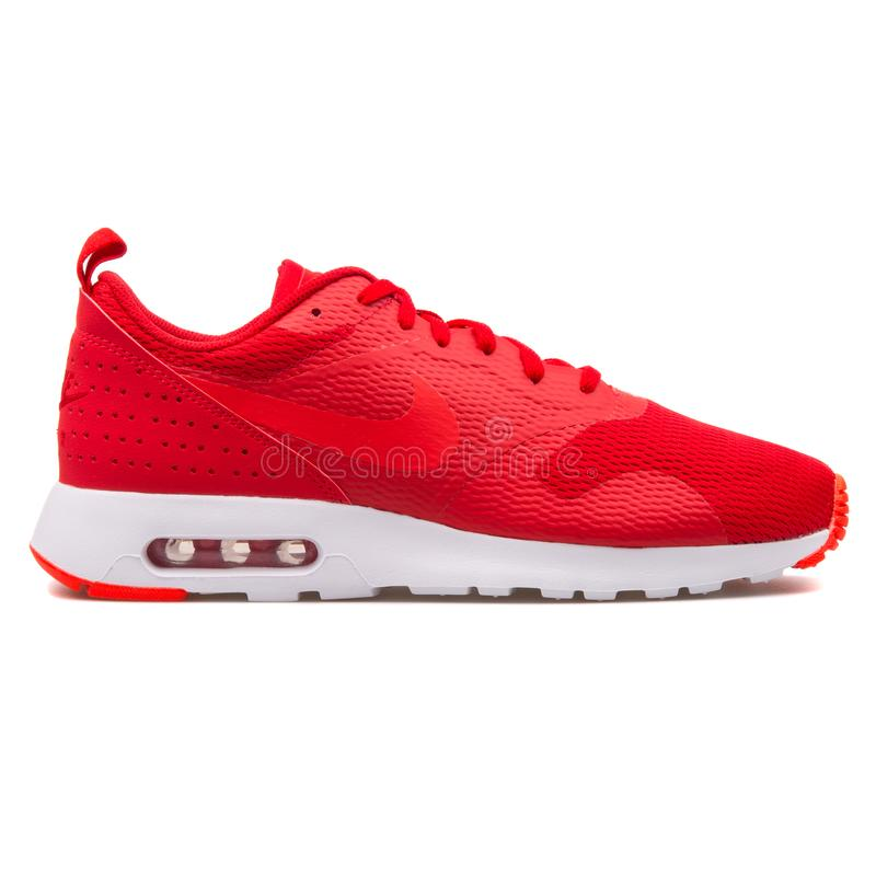 Sapatilha vermelha de Nike Air Max Tavas imagens de stock royalty free