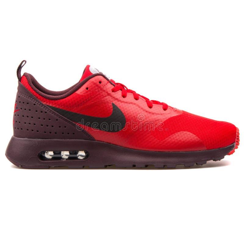 Sapatilha vermelha de Nike Air Max Tavas fotografia de stock