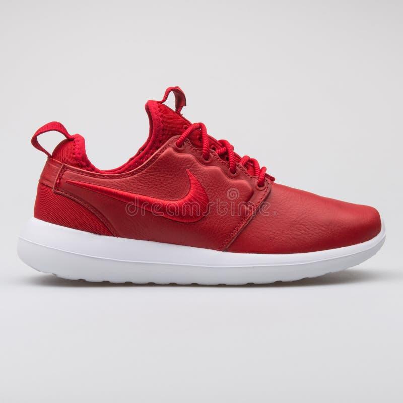 Sapatilha vermelha do SI de Nike Roshe Two imagens de stock royalty free