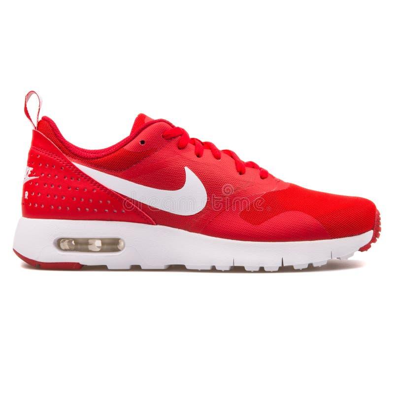 Sapatilha vermelha e branca de Nike Air Max Tavas imagem de stock royalty free