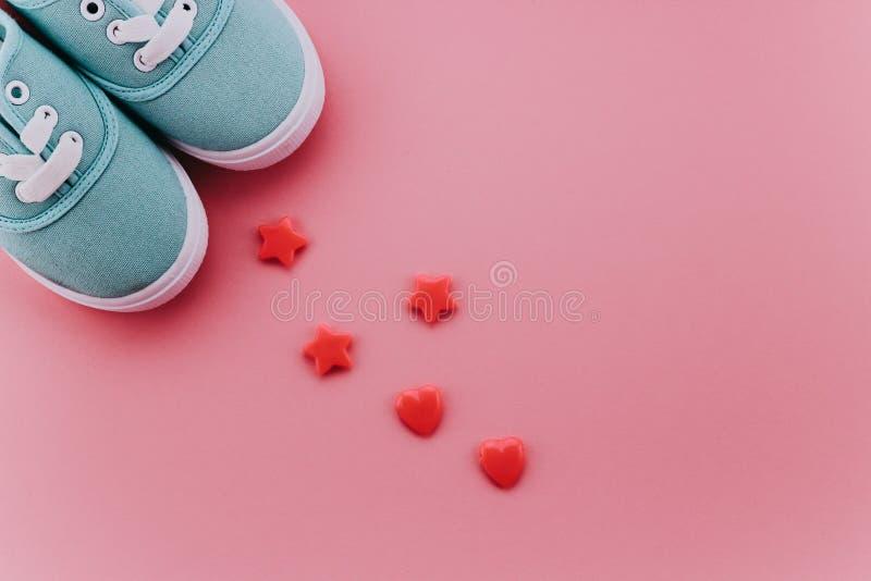 Sapatilhas azuis das crianças com grânulos imagem de stock