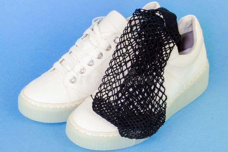 Sapatilhas brancas com as peúgas do tornozelo da rede de pesca imagem de stock
