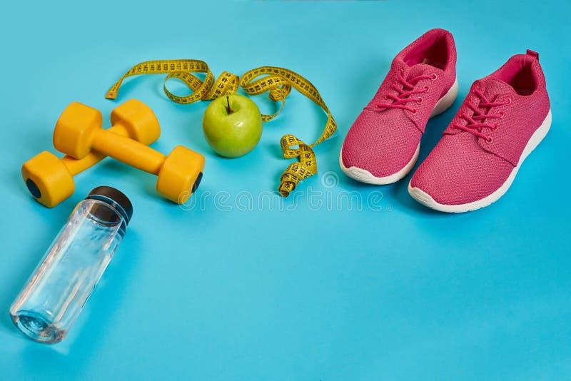 Sapatilhas, centímetro, maçã verde, perda de peso, corredor, comer saudável, conceito saudável do estilo de vida foto de stock