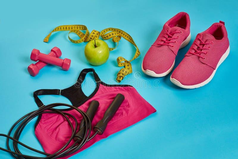 Sapatilhas, centímetro, maçã verde, perda de peso, corredor, comer saudável, conceito saudável do estilo de vida imagem de stock
