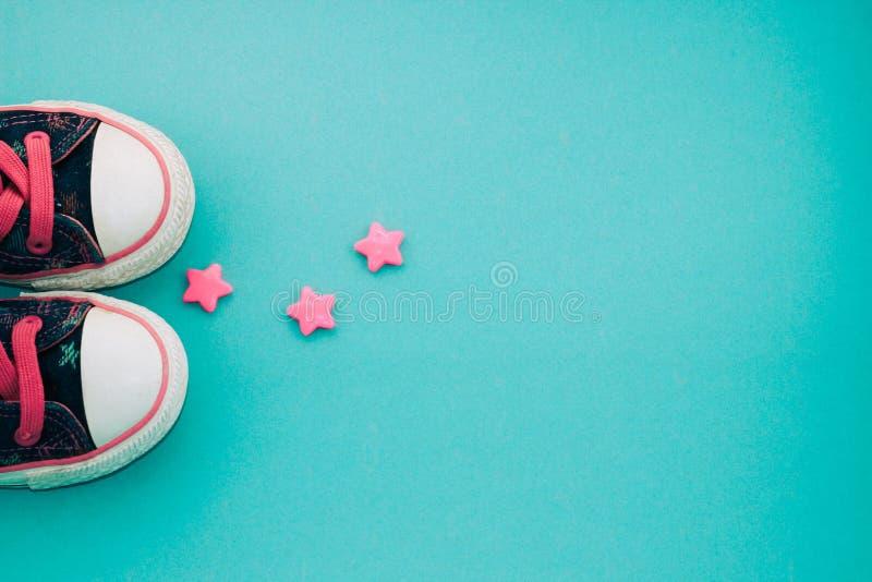 Sapatilhas das crianças da sarja de Nimes com estrelas foto de stock