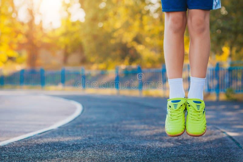 Sapatilhas em um salto levitation foto de stock royalty free