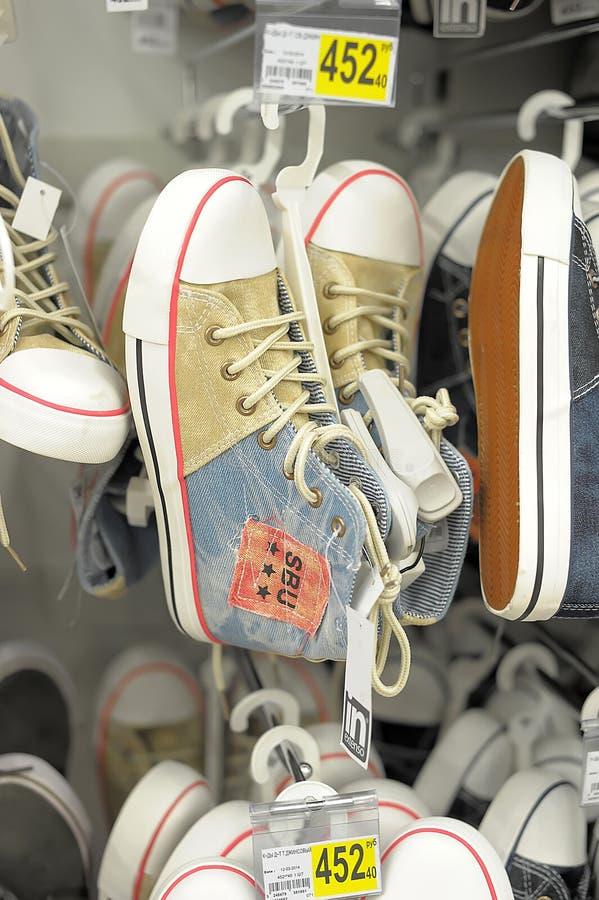 Sapatilhas na loja imagens de stock