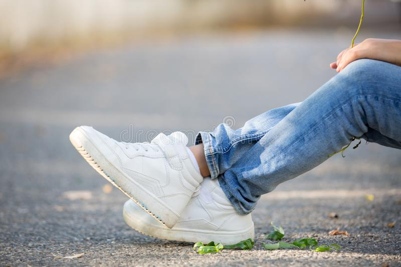 Sapatilhas nos pés das crianças fotos de stock royalty free