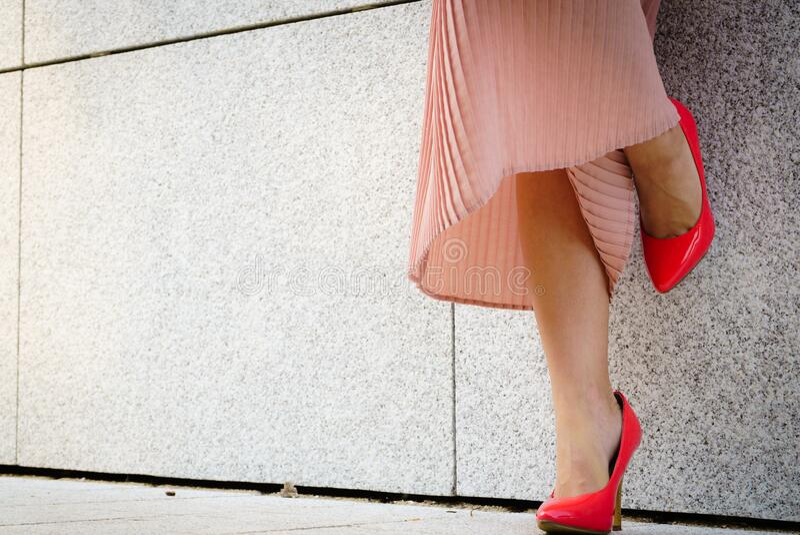 Sapatos clássicos de salto alto vermelho ao ar livre foto de stock